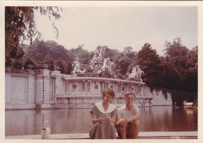 Park von Schloss Schönbrunn mit meiner Mutter © Wolfgang Stoephasius