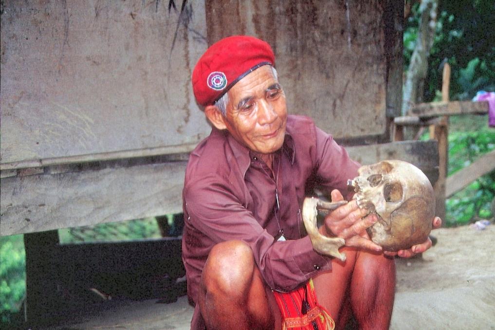 Ifuaga mit Totenkopf des Großvaters © Wolfgang Stoephasius