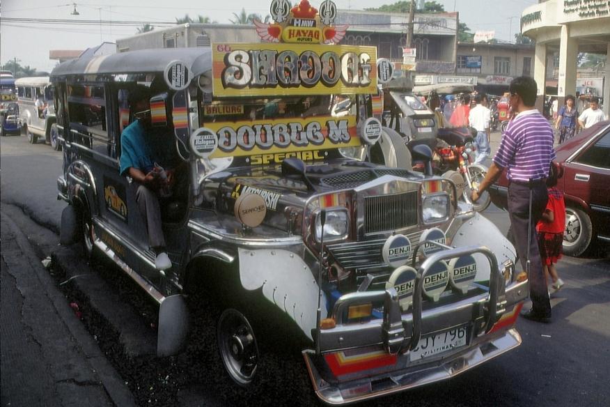 Sogenannte Jeepneys als Sammeltaxi in Manila © Wolfgang Stoephasius