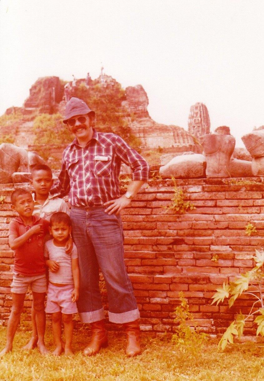 Neugierige Kinder in der Ruinenstadt Ayutthaya © Wolfgang Stoephasius