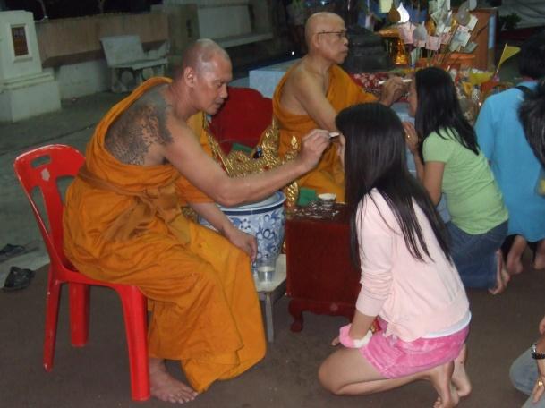 Buddhistischer Segen beim Loi Kratong © Wolfgang Stoephasius