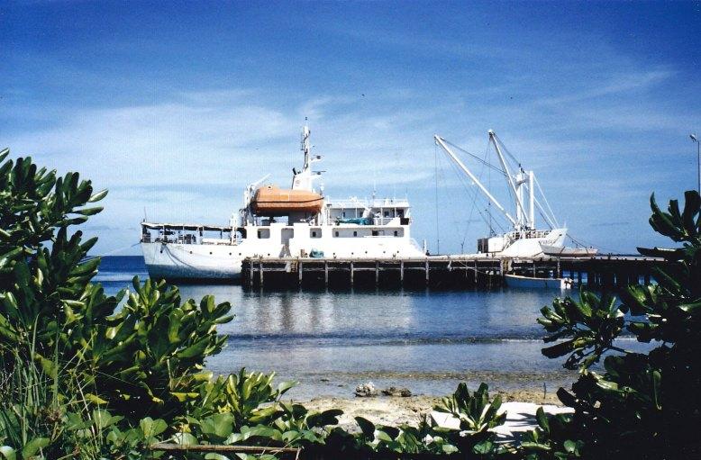Versorgungsschiff am Hafen von Vaiaku © Wolfgang Stoephasius
