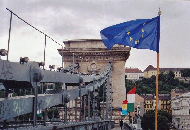 Europaflagge an der Kettenbrücke in Budapest  © Wolfgang Stoephasius