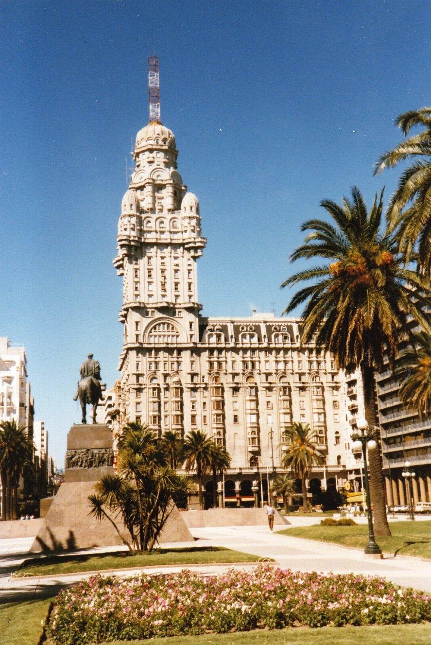 Zentrum von Montevideo mit dem Palacio Salvo © Wolfgang Stoephasius