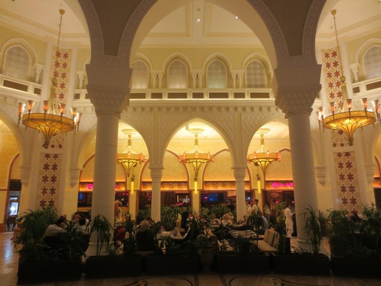 Restaurant in der Dubai Mal © Wolfgang Stoephasius
