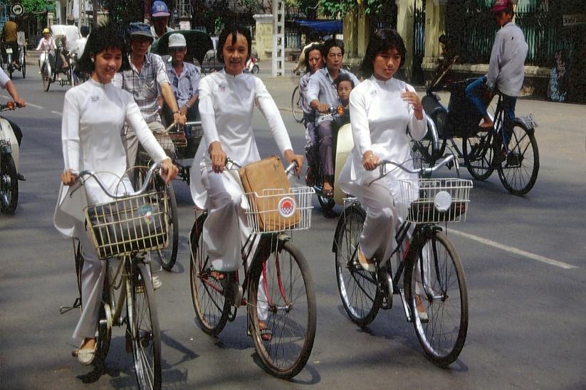 Radlerinnen in Saigon © Wolfgang Stoephasius