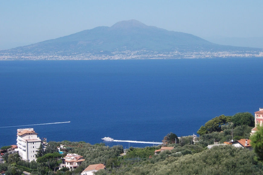 Blick auf den Vesuv und den Golf von Sorrento © Wolfgang Stoephasius