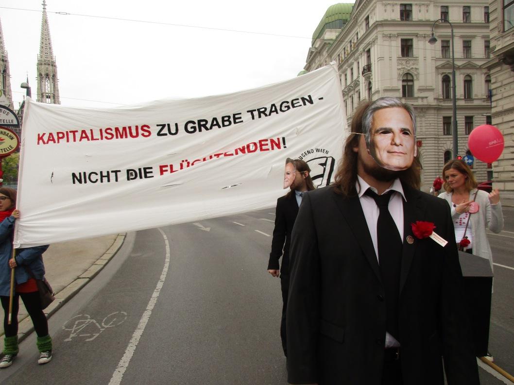 Maskenträger gegen Faymann © Wolfgang Stoephasius